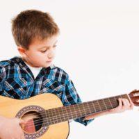 nauchitsya-igrat-gitare